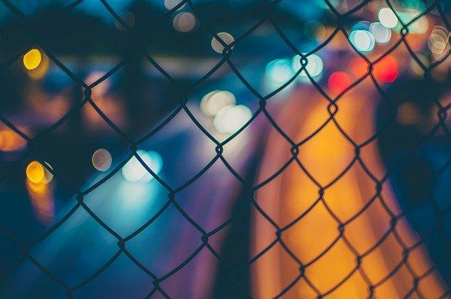 Fissare i paletti di ferro da recinzione